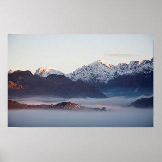 Montagnes de rivière de sortilège au lever de affiche
