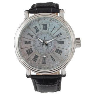 """Montre """"rouillée"""" d'antiquité avec (ou sans) des montres bracelet"""