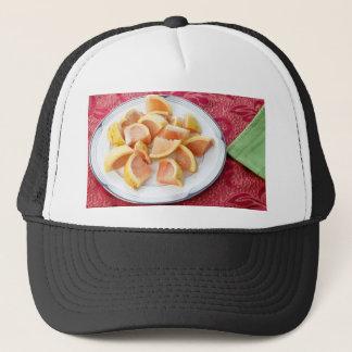 Morceaux rouges de pamplemousse d'un plat rond casquette
