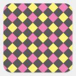 Motif à motifs de losanges jaune rose sur le noir autocollants carrés