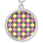 Motif à motifs de losanges jaune rose sur le noir colliers