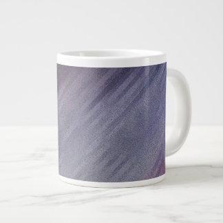 Motif argenté diagonal d'abrégé sur pourpre mug jumbo