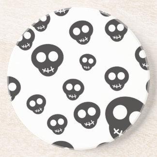 Motif avec les crânes noirs sur le blanc dessous de verres