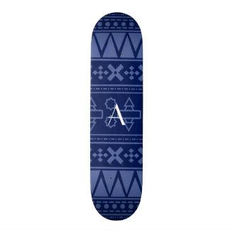 Motif aztèque de bleu marine de monogramme plateau de skateboard