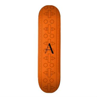Motif aztèque orange de monogramme planches à roulettes