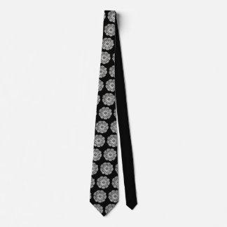 Motif blanc complexe de mandala sur la cravate