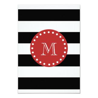 Motif blanc noir de rayures, monogramme rouge carton d'invitation 8,89 cm x 12,70 cm