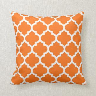 Motif blanc orange #5 de Quatrefoil de Marocain de Coussin