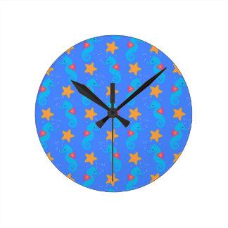 Motif bleu d'hippocampes et d'étoiles de mer horloge ronde