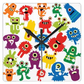 Motif coloré drôle mignon de monstres horloge carrée