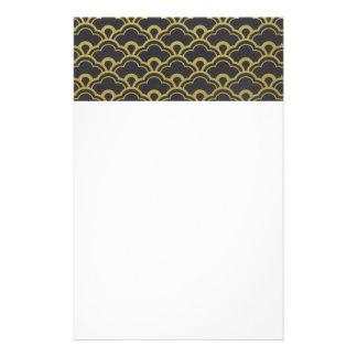 Motif de coquilles cranté par noir de feuille d'or papeterie