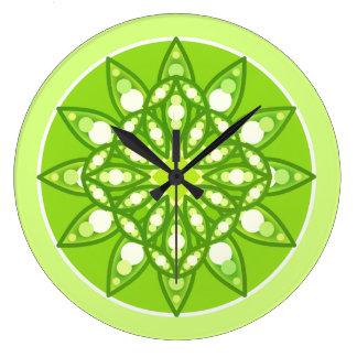 Motif de mandala aux nuances du vert de chaux grande horloge ronde