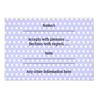 Motif de point pourpre blanc et lilas de polka. carton d'invitation 8,89 cm x 12,70 cm
