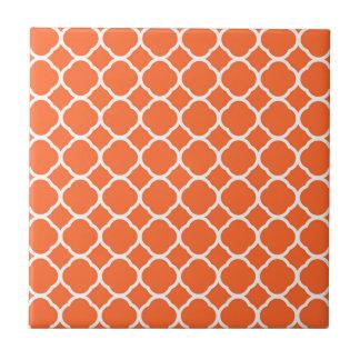 Motif de Quatrefoil dans la mandarine et le blanc Carreau
