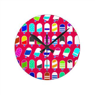 Motif de répétition coloré de crème glacée partout horloge ronde