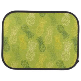 Motif d'ensemble d'ananas sur le vert tapis de sol