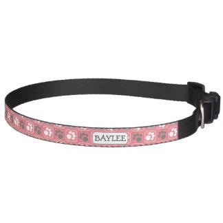 Motif et nom roses d'empreinte de patte collier de chien