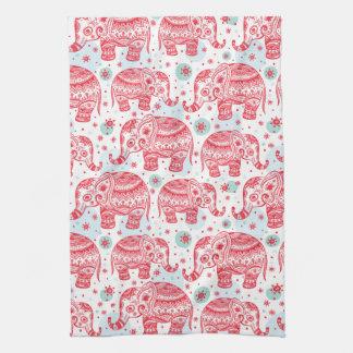 Motif ethnique rouge d'éléphant serviette éponge
