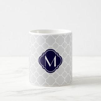 Motif gris de Quatrefoil avec le monogramme Mug