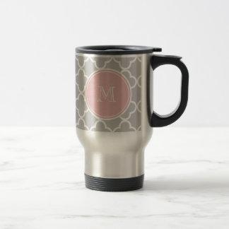 Motif gris de Quatrefoil, monogramme rose Mug De Voyage
