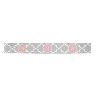 Motif gris de Quatrefoil, monogramme rose Ruban En Satin