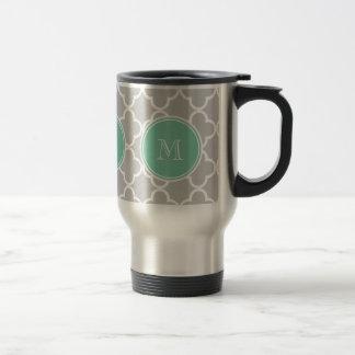 Motif gris de Quatrefoil, monogramme vert en bon Mug De Voyage