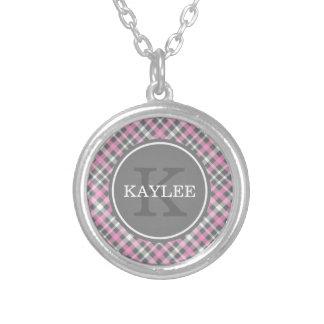 Motif gris rose-clair de plaid avec le monogramme pendentif rond