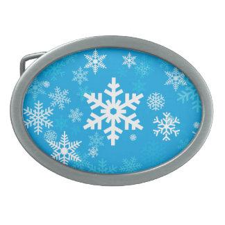 Motif heureux de flocons de neige dans le bleu boucle de ceinture ovale