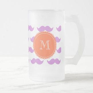 Motif lilas de moustache, monogramme blanc de mug en verre givré