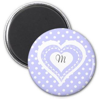 Motif lilas et blanc de coeur décoré d'un monogram magnet rond 8 cm