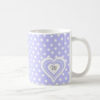 Motif lilas et blanc de coeur décoré d'un mug blanc