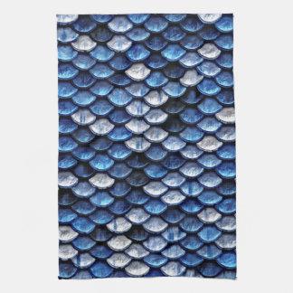 Motif métallique d'échelles de poissons de bleu de serviettes éponge