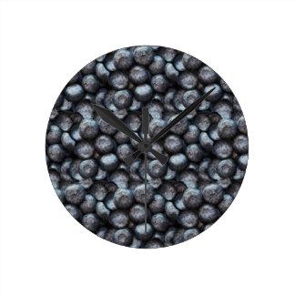 Motif mignon de fruit de myrtille horloge ronde