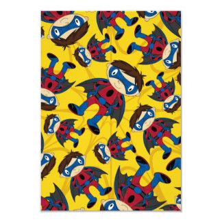 Motif mignon de garçon de super héros carton d'invitation 8,89 cm x 12,70 cm