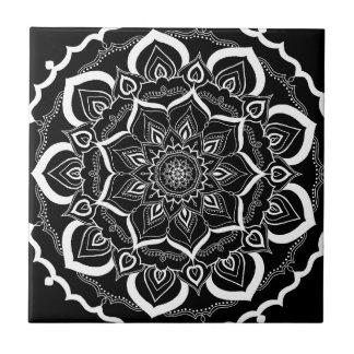 Motif noir chic de Bohème de mandala de Mehendi de Carreau