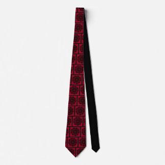 Motif noir complexe de cercle sur la cravate rouge