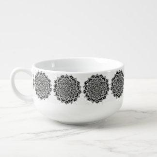 Motif noir et blanc de mandala de tasse de soupe