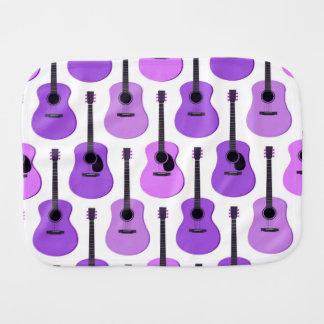 Motif pourpre de guitares acoustiques linges de bébé