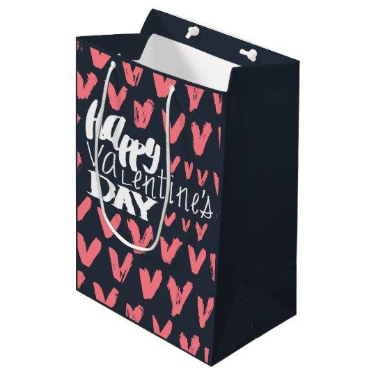 Motif rose de coeurs marqué avec des lettres par sac cadeau moyen