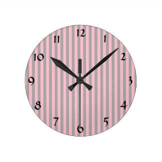 Motif rose et gris de rayures horloge ronde