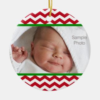 Motif rouge de Chevron de photo de bébé de Noël Ornement Rond En Céramique