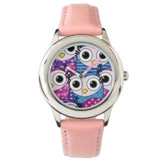 Motif sans couture de hiboux pourpres mignons de montres bracelet