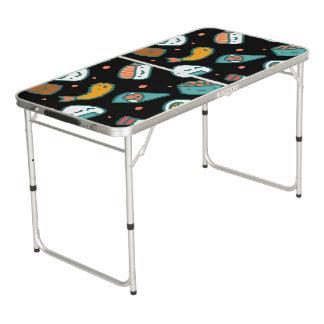 Motif sans couture heureux mignon de sushi sur le table beerpong