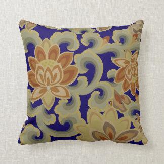 motif traditionnellement floral coussin
