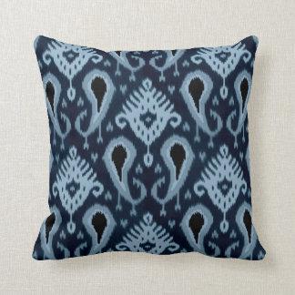 Motif tribal assez bleu mignon à la mode d'Ikat Coussin Décoratif