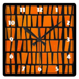 Motif tribal d'orange et d'africain noir horloge carrée