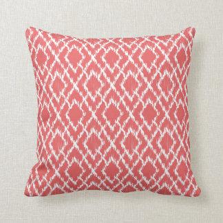 Motif tribal géométrique rose de corail de diamant oreiller