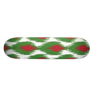 Motif tribal vert rouge de diamant d'Ikat de Noël Skateboard