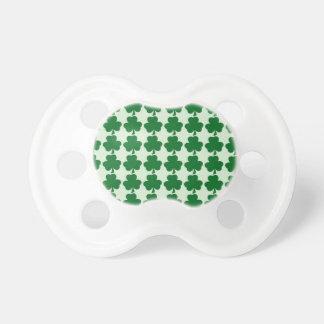 Motif vert de shamrock tétines