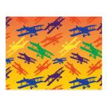 Motif vintage d'avion de biplan de couleurs primai carte postale